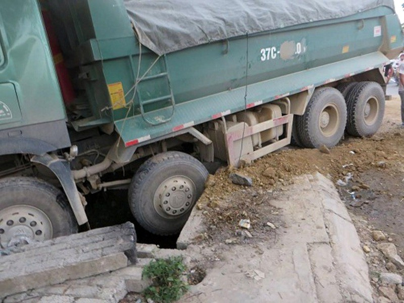 Nghệ An: Hàng chục hành khách la hét khi va chạm với xe tải - Ảnh 2.