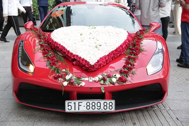 Lâm Vũ tự lái xế hộp 15 tỷ chở cô dâu đến địa điểm tổ chức tiệc cưới tối nay - Ảnh 2.