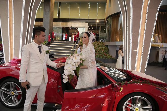 Lâm Vũ tự lái xế hộp 15 tỷ chở cô dâu đến địa điểm tổ chức tiệc cưới tối nay - Ảnh 9.