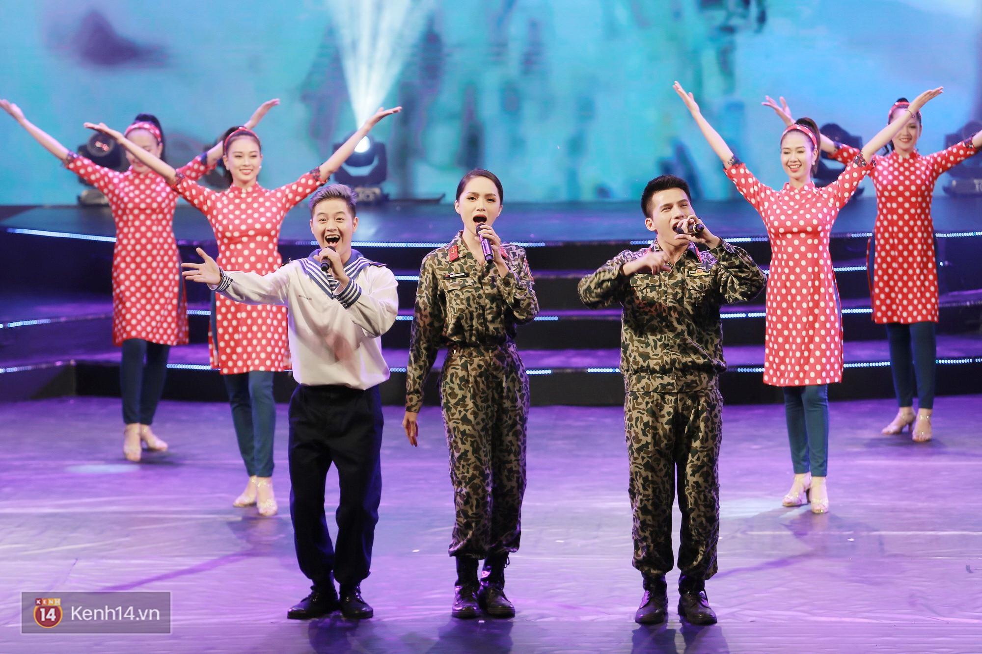 Đông Nhi đằm thắm với áo dài trắng, Hoa hậu Hương Giang biểu diễn trong quân phục chiến sĩ - Ảnh 9.