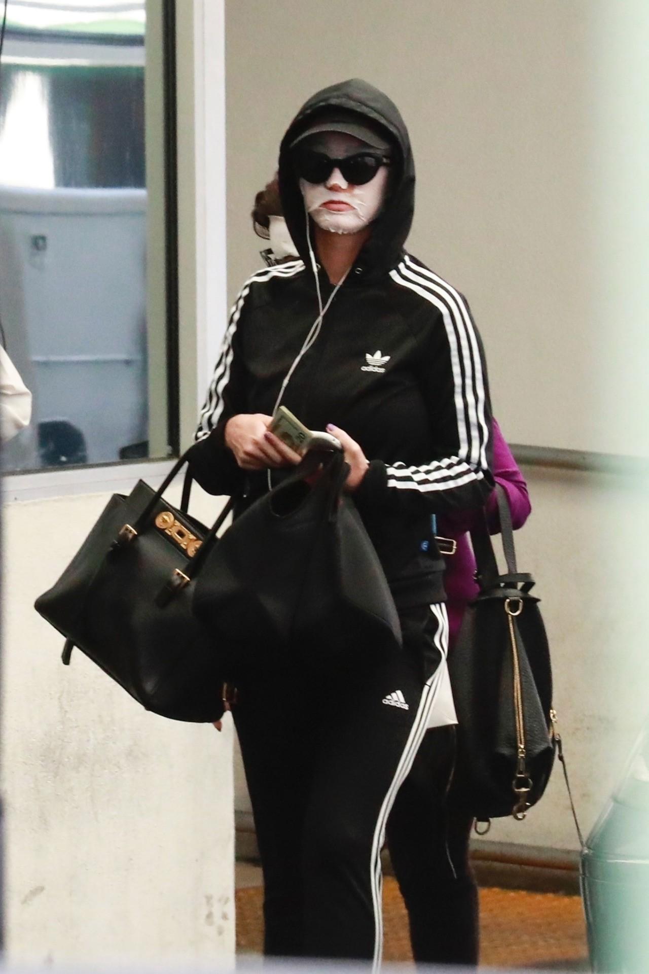Chăm da chẳng kém Phạm Băng Băng, Katy Perry đã đạt đến cảnh giới: ra đường cũng đắp mặt nạ - Ảnh 2.