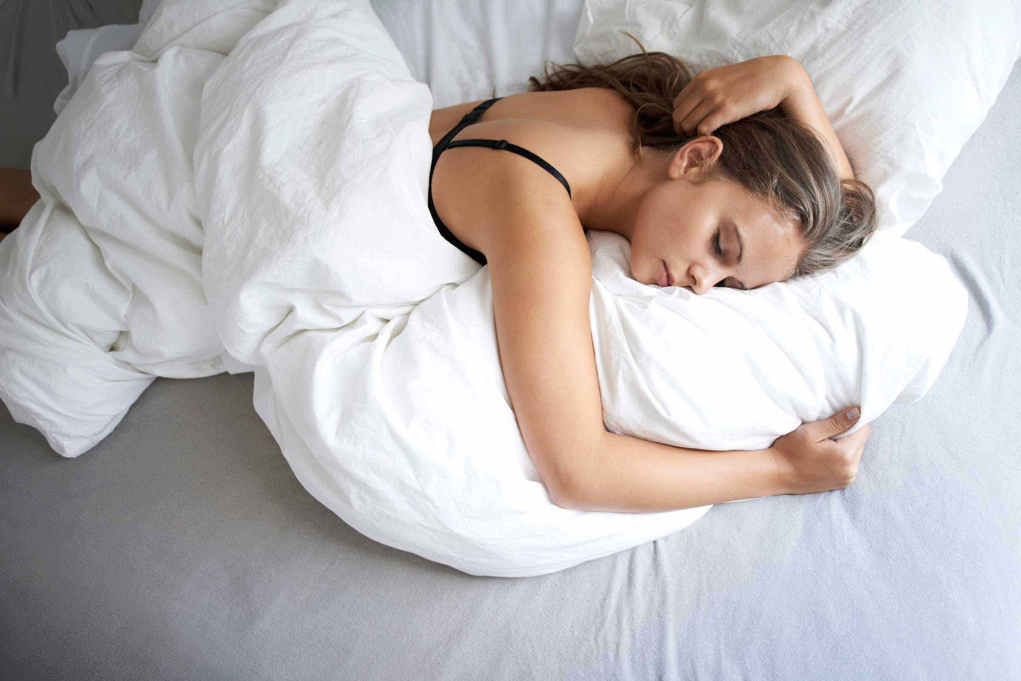 6 thói quen có hại trước khi ngủ mà cô gái nào cũng mắc phải ít nhất 1 cái - Ảnh 2.