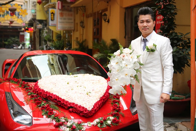 Lâm Vũ tự lái xế hộp 15 tỷ chở cô dâu đến địa điểm tổ chức tiệc cưới tối nay - Ảnh 1.