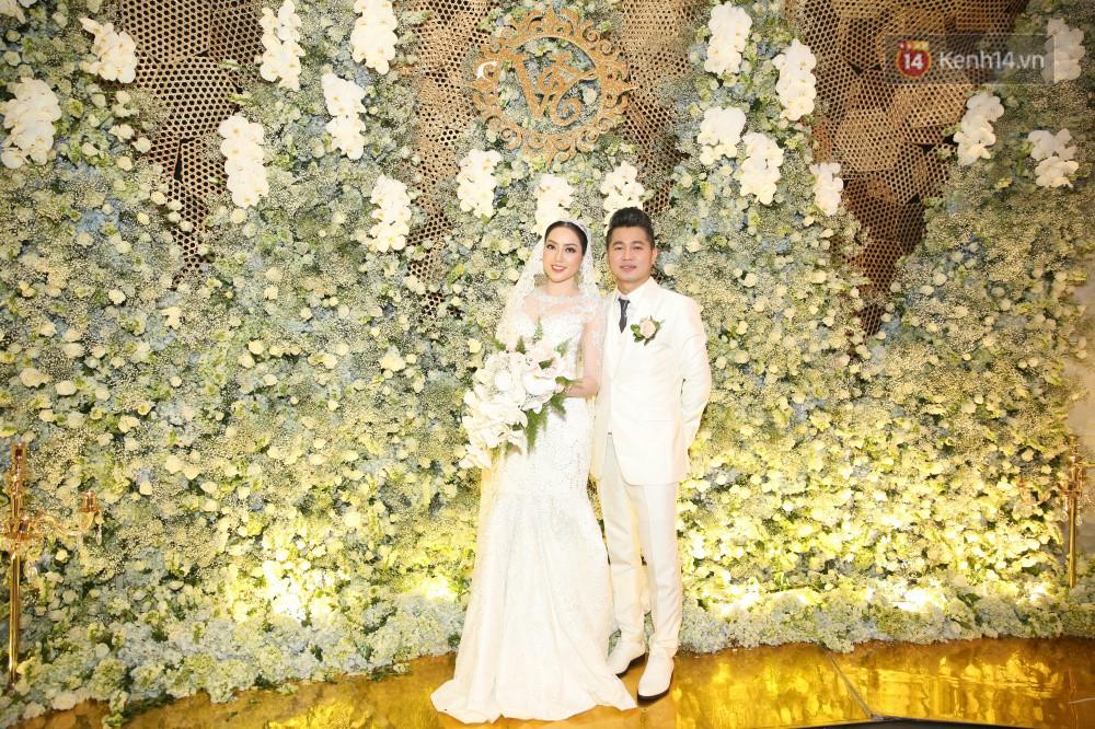 Tuấn Hưng cùng vợ con đến mừng đám cưới bạn thân chí cốt Lâm Vũ - Ảnh 1.