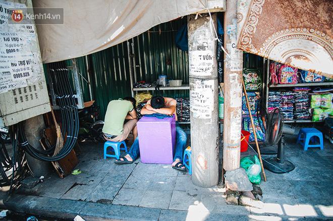 Nhọc nhằn bước chân mưu sinh của những người lao động nghèo dưới nắng nóng Hà Nội - Ảnh 11.