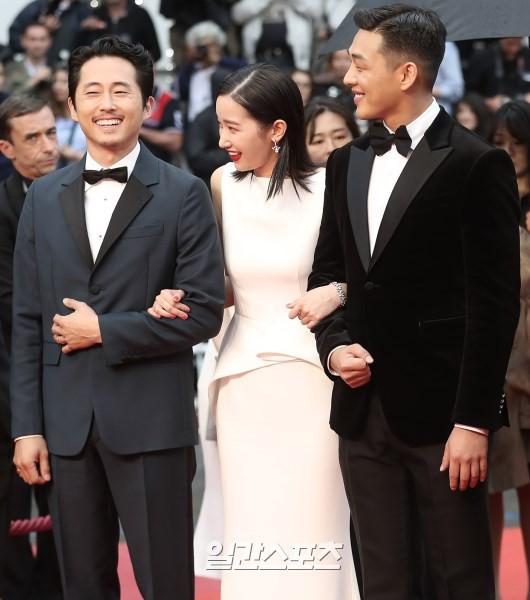Bức ảnh bị công chúng Hàn ném đá nhiều nhất tại Cannes: Bộ 3 dính bê bối thái độ nhưng cười tươi như không - Ảnh 1.