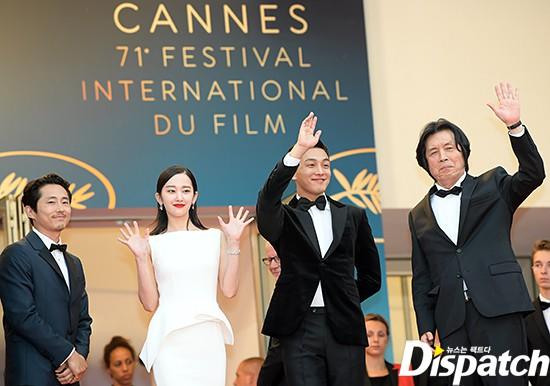 Bức ảnh bị công chúng Hàn ném đá nhiều nhất tại Cannes: Bộ 3 dính bê bối thái độ nhưng cười tươi như không - Ảnh 2.