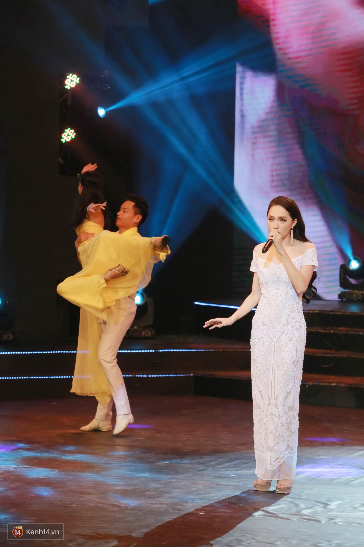 Đông Nhi đằm thắm với áo dài trắng, Hoa hậu Hương Giang biểu diễn trong quân phục chiến sĩ - Ảnh 7.