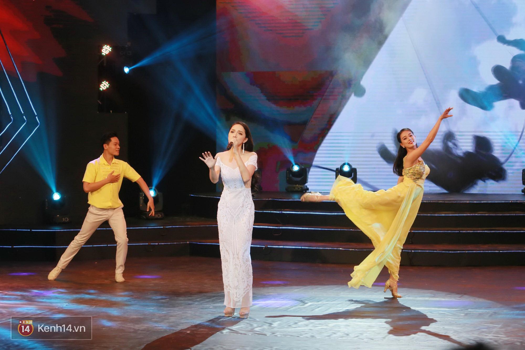 Đông Nhi đằm thắm với áo dài trắng, Hoa hậu Hương Giang biểu diễn trong quân phục chiến sĩ - Ảnh 6.