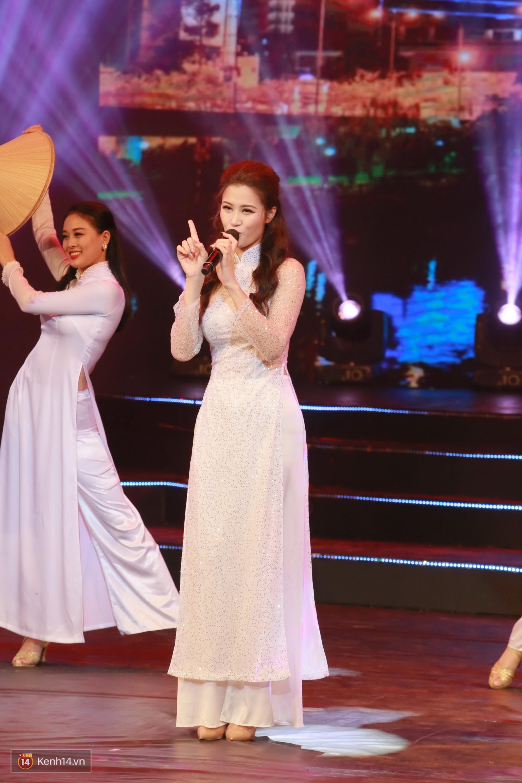 Đông Nhi đằm thắm với áo dài trắng, Hoa hậu Hương Giang biểu diễn trong quân phục chiến sĩ - Ảnh 3.