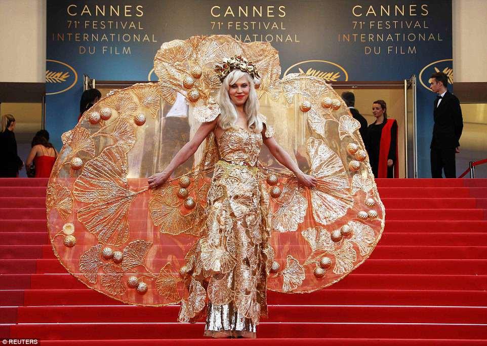 Người đeo cánh khổng lồ tới thảm đỏ Cannes, kẻ thì khoe ngực khủng và lộ mặt biến dạng vì thẩm mỹ - Ảnh 4.