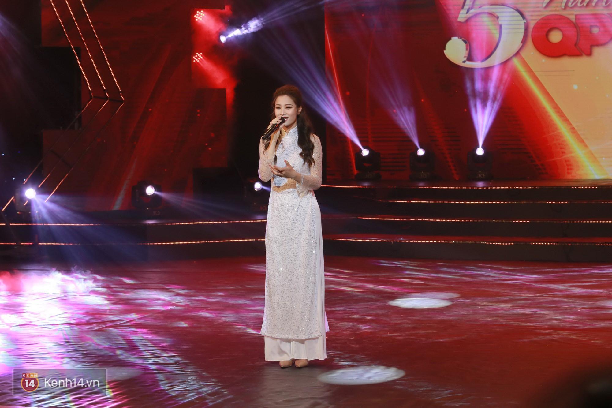 Đông Nhi đằm thắm với áo dài trắng, Hoa hậu Hương Giang biểu diễn trong quân phục chiến sĩ - Ảnh 2.