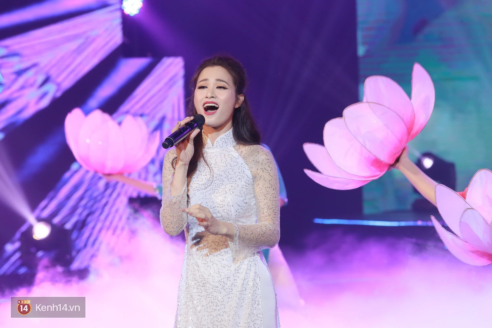 Đông Nhi đằm thắm với áo dài trắng, Hoa hậu Hương Giang biểu diễn trong quân phục chiến sĩ - Ảnh 1.