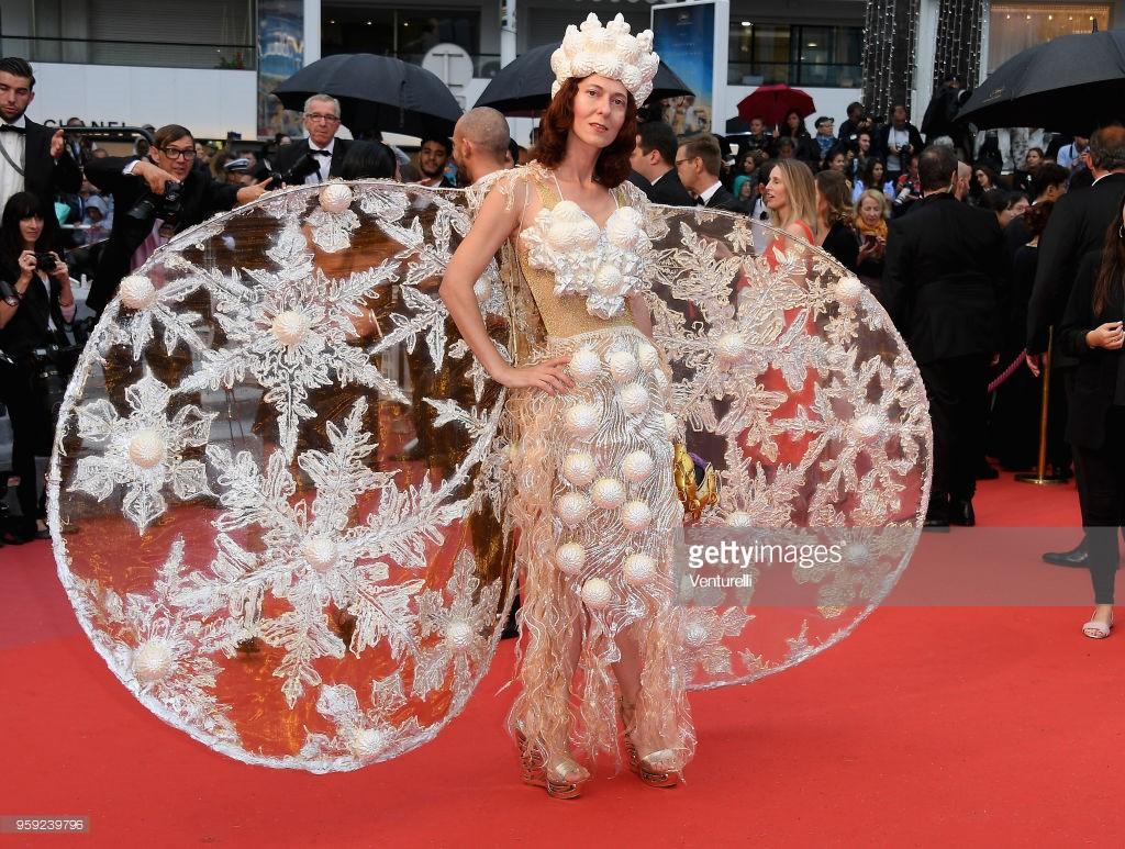 Người đeo cánh khổng lồ tới thảm đỏ Cannes, kẻ thì khoe ngực khủng và lộ mặt biến dạng vì thẩm mỹ - Ảnh 2.