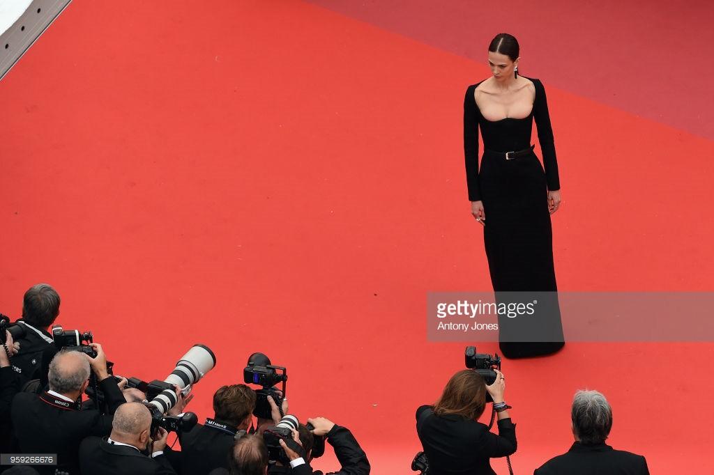 Người đeo cánh khổng lồ tới thảm đỏ Cannes, kẻ thì khoe ngực khủng và lộ mặt biến dạng vì thẩm mỹ - Ảnh 6.