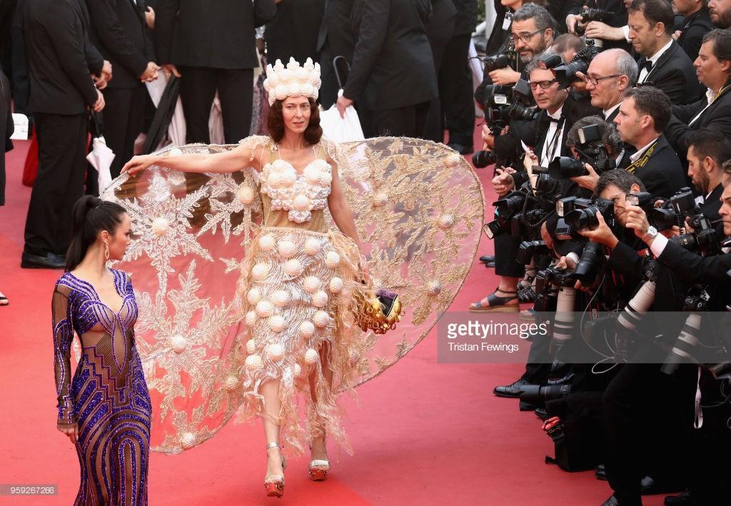 Người đeo cánh khổng lồ tới thảm đỏ Cannes, kẻ thì khoe ngực khủng và lộ mặt biến dạng vì thẩm mỹ - Ảnh 1.