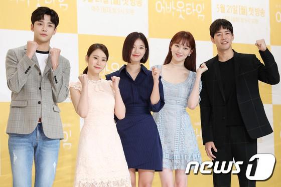Lee Sung Kyung trở lại xinh lung linh, nhưng lại lộ cặp đùi gầy và mỏng như bị photoshop bên dàn sao toàn mỹ nam mỹ nữ - Ảnh 16.