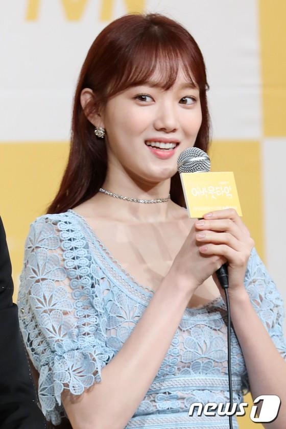 Lee Sung Kyung trở lại xinh lung linh, nhưng lại lộ cặp đùi gầy và mỏng như bị photoshop bên dàn sao toàn mỹ nam mỹ nữ - Ảnh 3.