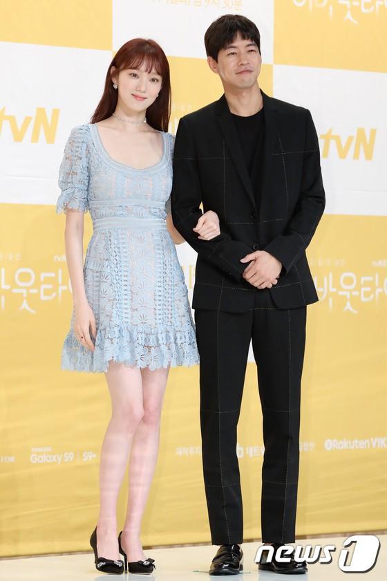 Lee Sung Kyung trở lại xinh lung linh, nhưng lại lộ cặp đùi gầy và mỏng như bị photoshop bên dàn sao toàn mỹ nam mỹ nữ - Ảnh 6.