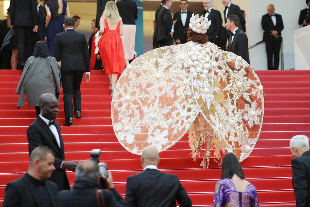 Người đeo cánh khổng lồ tới thảm đỏ Cannes, kẻ thì khoe ngực khủng và lộ mặt biến dạng vì thẩm mỹ - Ảnh 3.