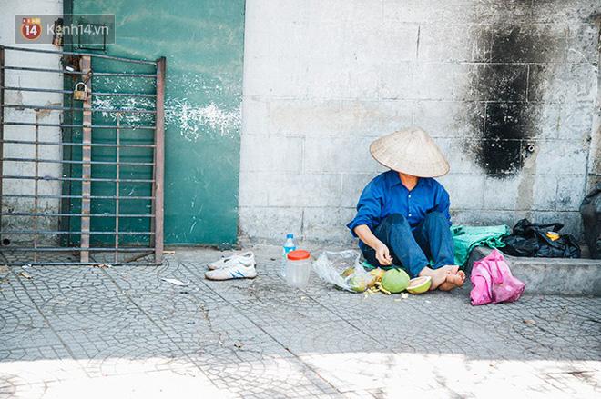 Nhọc nhằn bước chân mưu sinh của những người lao động nghèo dưới nắng nóng Hà Nội - Ảnh 13.