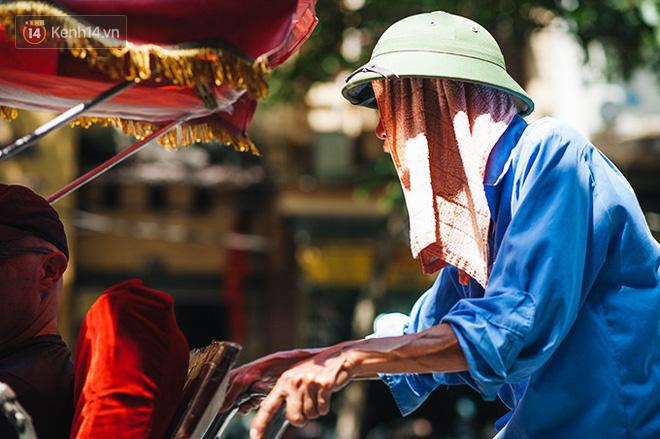 Nhọc nhằn bước chân mưu sinh của những người lao động nghèo dưới nắng nóng Hà Nội - Ảnh 15.