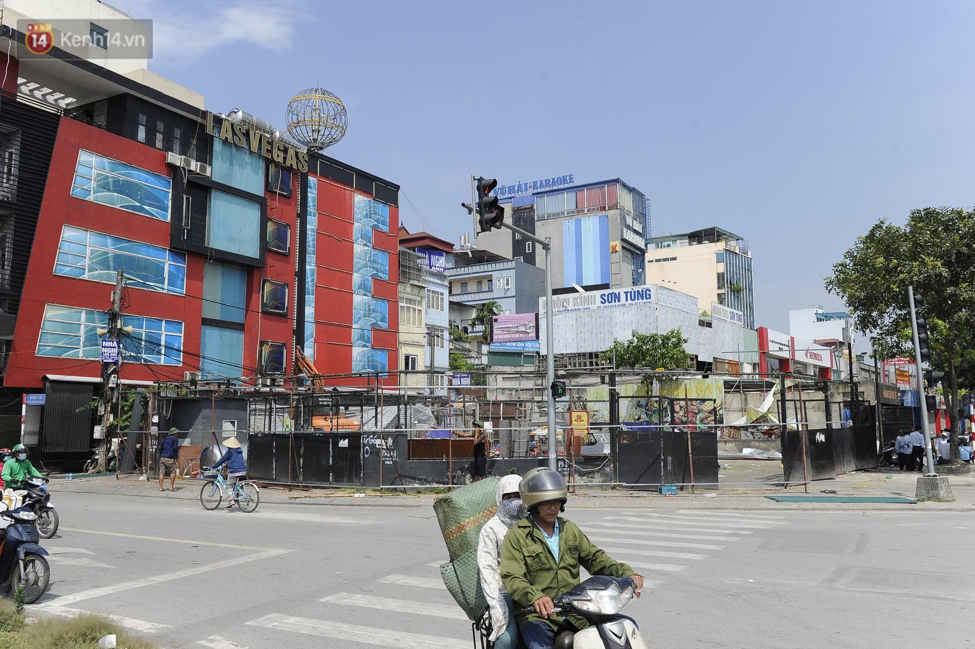 Hà Nội bắt đầu cưỡng chế 42 cơ sở kinh doanh vi phạm trật tự đô thị trên đất vàng Nguyễn Khánh Toàn - Ảnh 1.