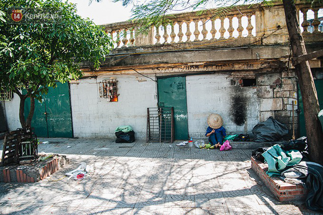 Nhọc nhằn bước chân mưu sinh của những người lao động nghèo dưới nắng nóng Hà Nội - Ảnh 19.
