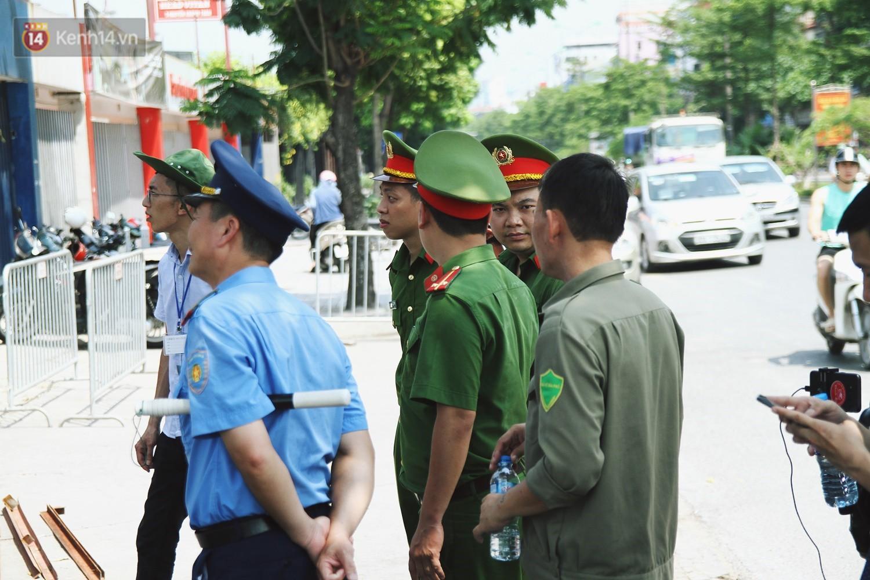 Hà Nội bắt đầu cưỡng chế 42 cơ sở kinh doanh vi phạm trật tự đô thị trên đất vàng Nguyễn Khánh Toàn - Ảnh 7.