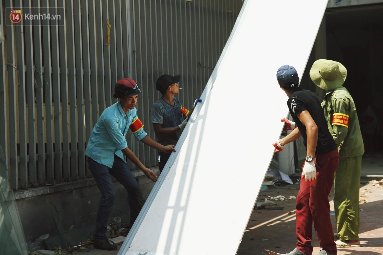 Hà Nội bắt đầu cưỡng chế 42 cơ sở kinh doanh vi phạm trật tự đô thị trên đất vàng Nguyễn Khánh Toàn - Ảnh 12.