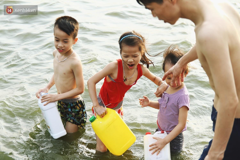 Nắng nóng oi bức, người dân Thủ đô bế chó cưng ra Hồ Tây cùng tắm để giải nhiệt dù có biển cấm - Ảnh 7.