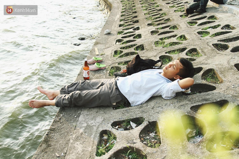 Nắng nóng oi bức, người dân Thủ đô bế chó cưng ra Hồ Tây cùng tắm để giải nhiệt dù có biển cấm - Ảnh 10.