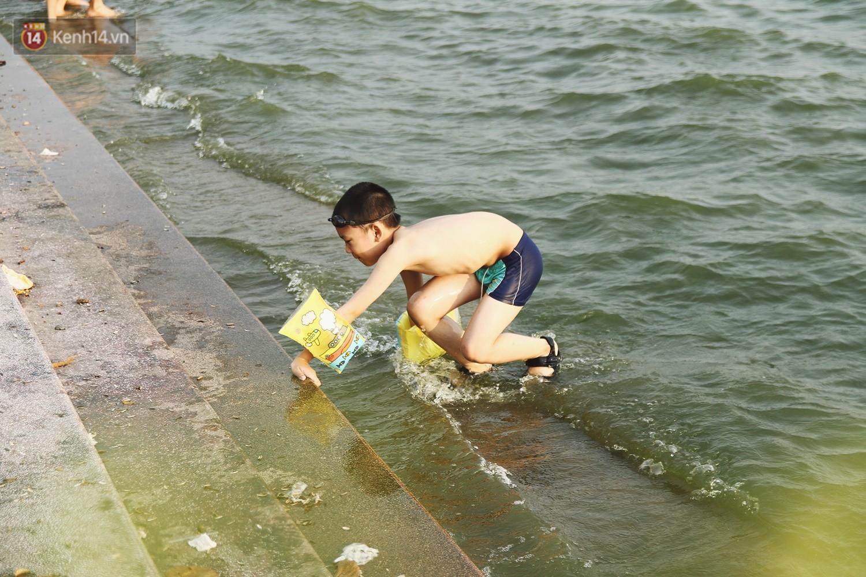 Nắng nóng oi bức, người dân Thủ đô bế chó cưng ra Hồ Tây cùng tắm để giải nhiệt dù có biển cấm - Ảnh 11.