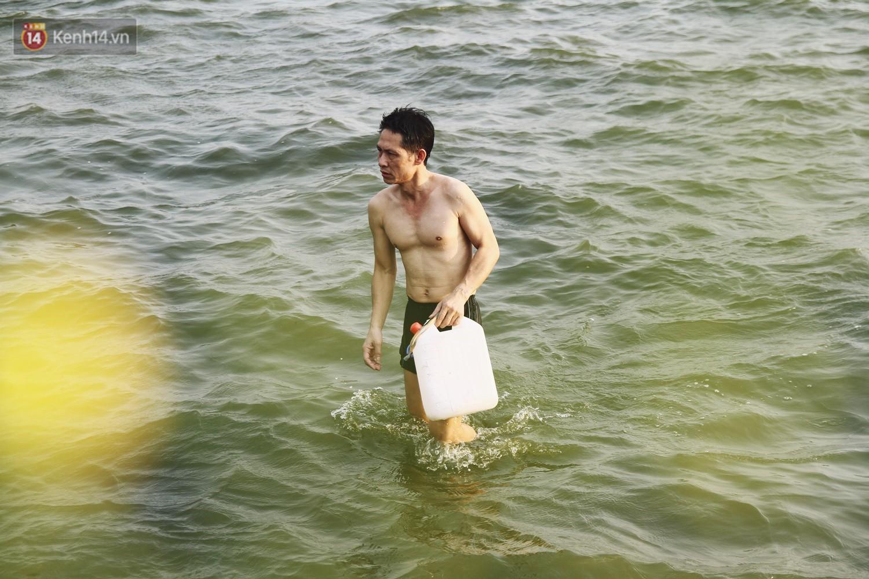Nắng nóng oi bức, người dân Thủ đô bế chó cưng ra Hồ Tây cùng tắm để giải nhiệt dù có biển cấm - Ảnh 12.