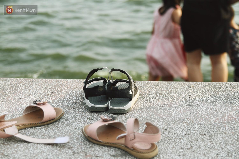 Nắng nóng oi bức, người dân Thủ đô bế chó cưng ra Hồ Tây cùng tắm để giải nhiệt dù có biển cấm - Ảnh 4.