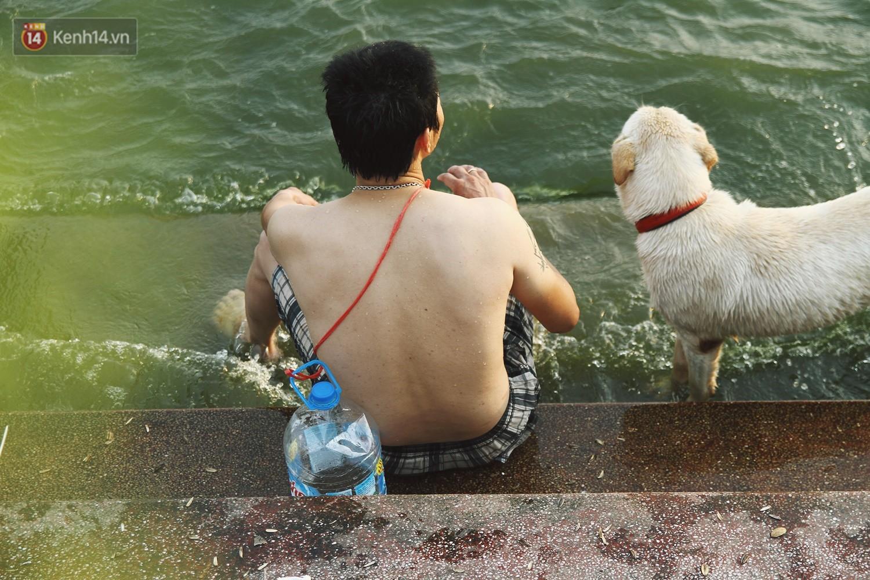Nắng nóng oi bức, người dân Thủ đô bế chó cưng ra Hồ Tây cùng tắm để giải nhiệt dù có biển cấm - Ảnh 17.