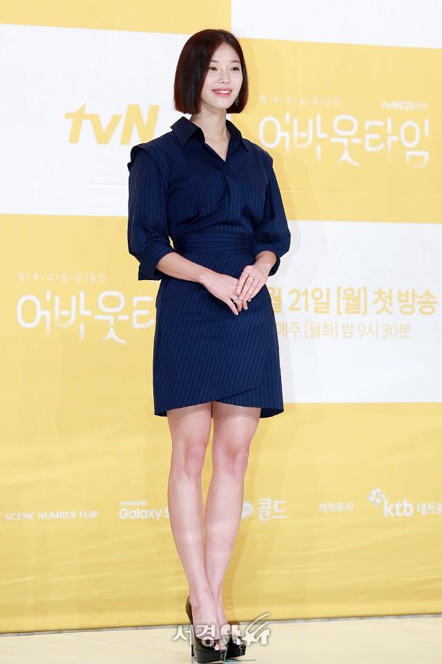 Lee Sung Kyung trở lại xinh lung linh, nhưng lại lộ cặp đùi gầy và mỏng như bị photoshop bên dàn sao toàn mỹ nam mỹ nữ - Ảnh 14.