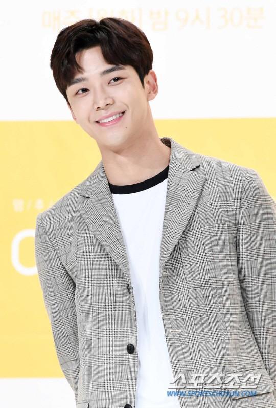 Lee Sung Kyung trở lại xinh lung linh, nhưng lại lộ cặp đùi gầy và mỏng như bị photoshop bên dàn sao toàn mỹ nam mỹ nữ - Ảnh 13.