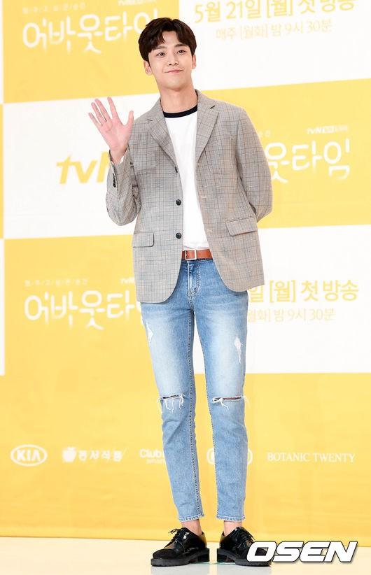Lee Sung Kyung trở lại xinh lung linh, nhưng lại lộ cặp đùi gầy và mỏng như bị photoshop bên dàn sao toàn mỹ nam mỹ nữ - Ảnh 12.
