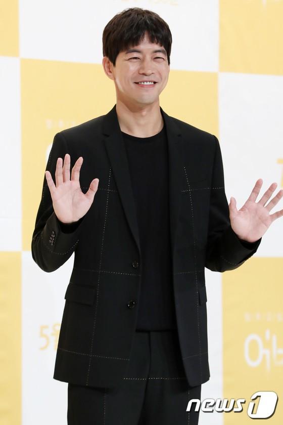 Lee Sung Kyung trở lại xinh lung linh, nhưng lại lộ cặp đùi gầy và mỏng như bị photoshop bên dàn sao toàn mỹ nam mỹ nữ - Ảnh 9.