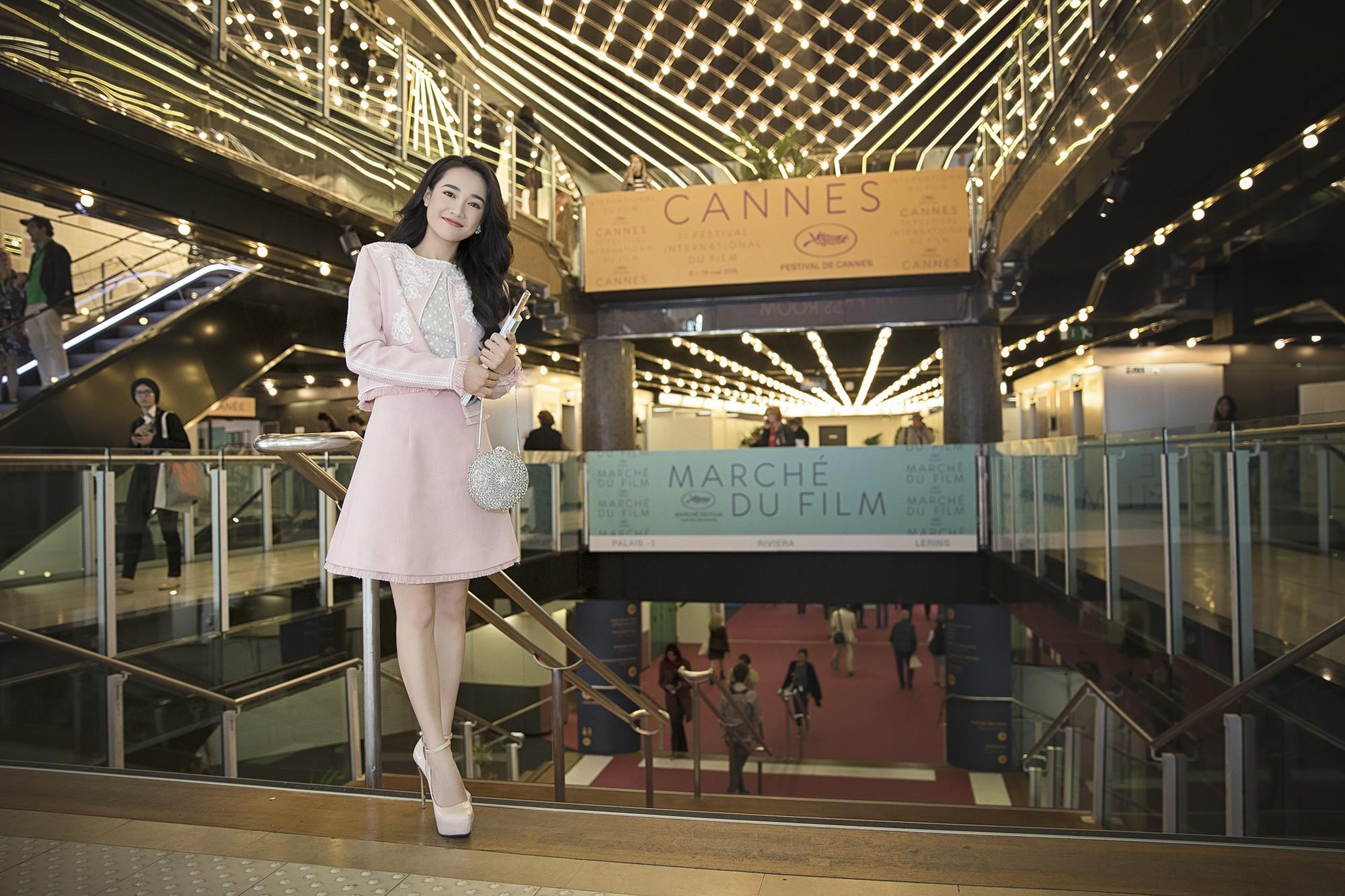 Nhã Phương xuất hiện nhẹ nhàng, đằm thắm với tà áo dài truyền thống tại Cannes - Ảnh 8.