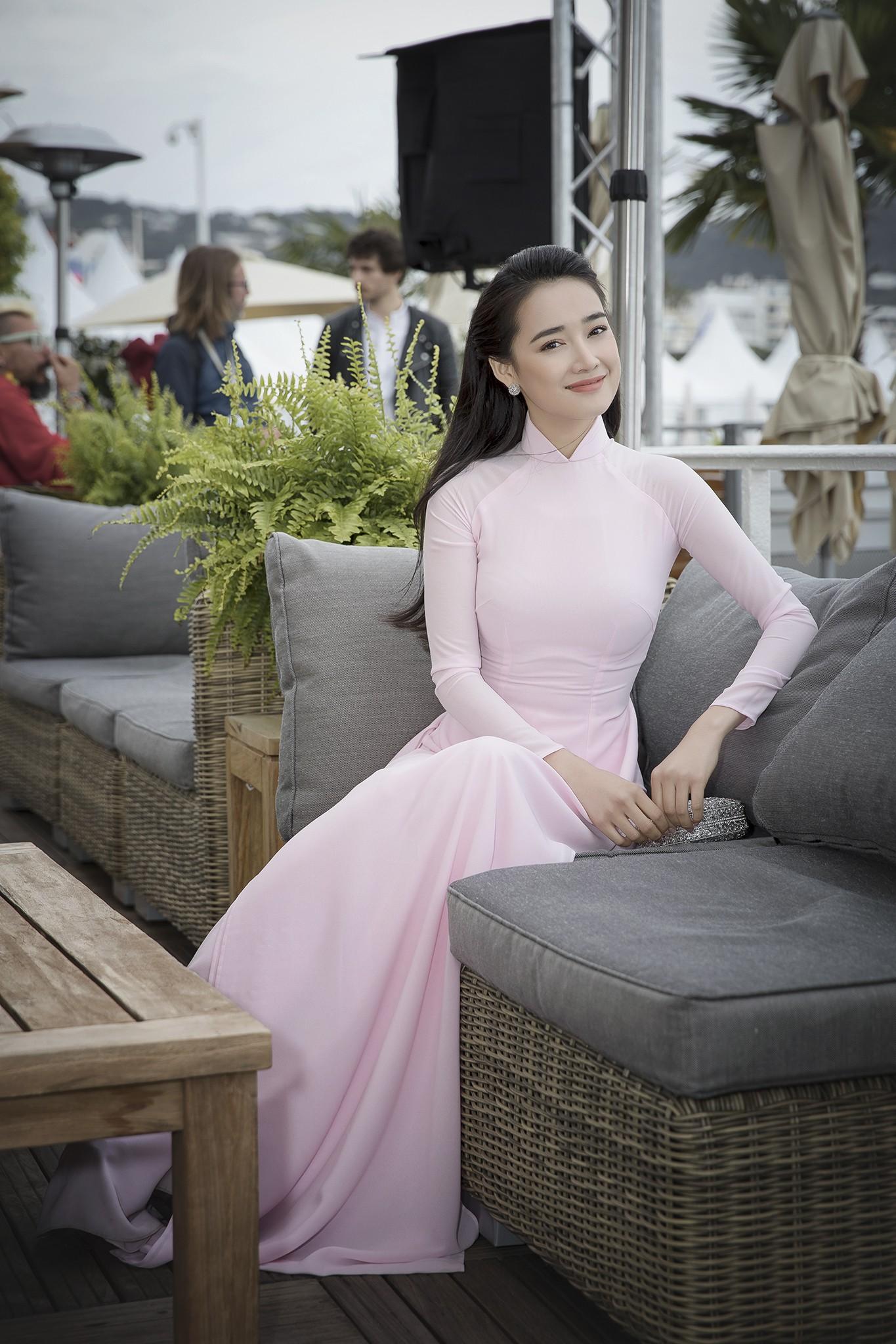 Nhã Phương xuất hiện nhẹ nhàng, đằm thắm với tà áo dài truyền thống tại Cannes - Ảnh 2.