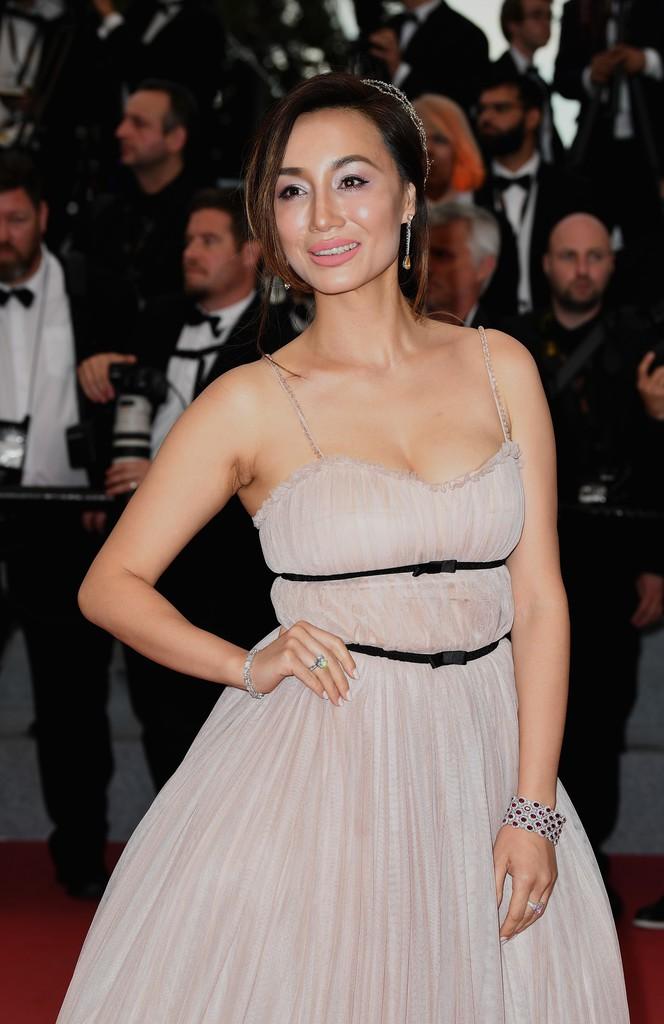 Người đeo cánh khổng lồ tới thảm đỏ Cannes, kẻ thì khoe ngực khủng và lộ mặt biến dạng vì thẩm mỹ - Ảnh 10.
