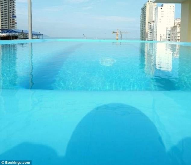 Bể bơi cơ cực ở Việt Nam lên báo Anh khiến cộng đồng mạng quốc tế được phen cười xả láng - Ảnh 1.