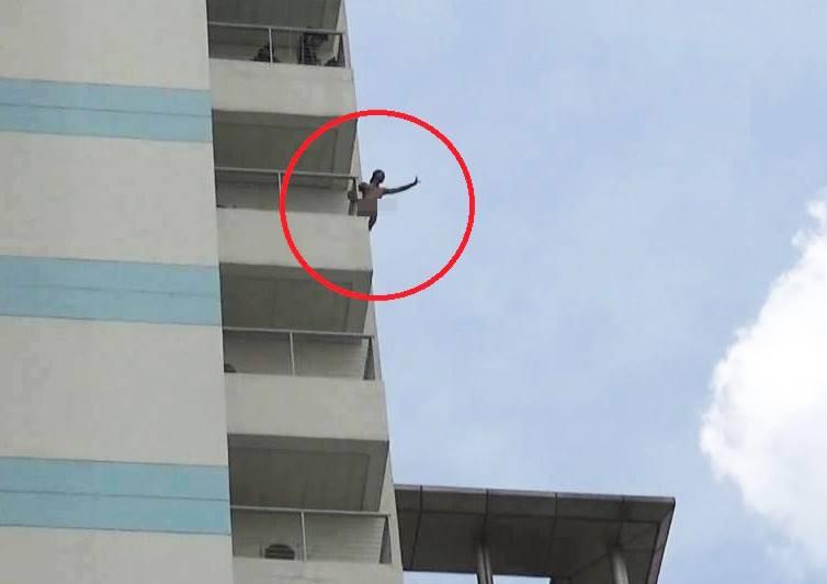 Một đối tượng leo lên tầng 10 Bệnh viện Đồng Nai la hét, cởi quần áo rồi đu người ra lan can đòi nhảy xuống đất - Ảnh 1.