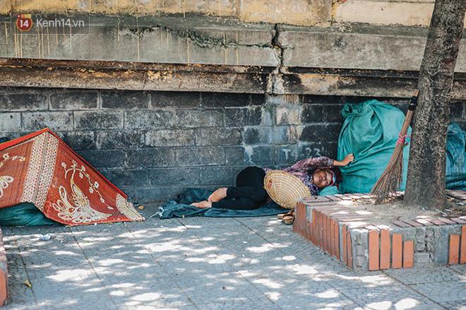 Nhọc nhằn bước chân mưu sinh của những người lao động nghèo dưới nắng nóng Hà Nội - Ảnh 18.