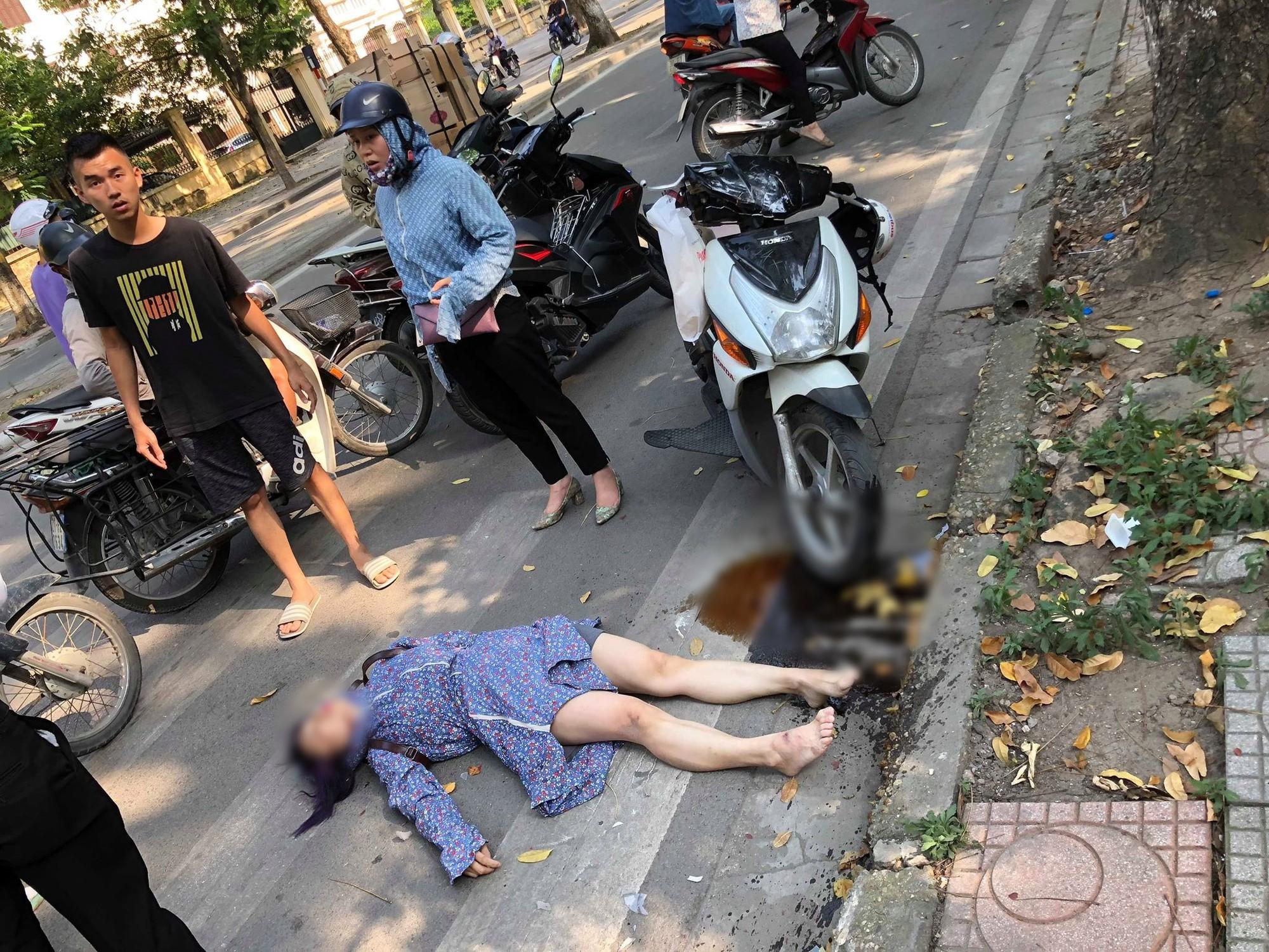 Hà Nội: Nghi say nắng, cô gái tự lao xe vào cột biển báo giao thông được 2 nữ du khách nước ngoài sơ cứu - Ảnh 1.