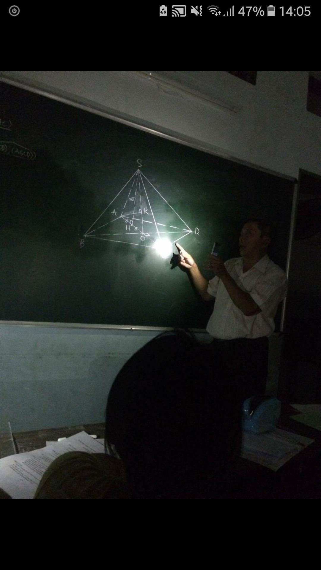 Thầy giáo tâm huyết bật đèn flash giảng bài, cầm thước kẻ ra sân đuổi ve để học sinh yên tĩnh ôn thi - Ảnh 4.
