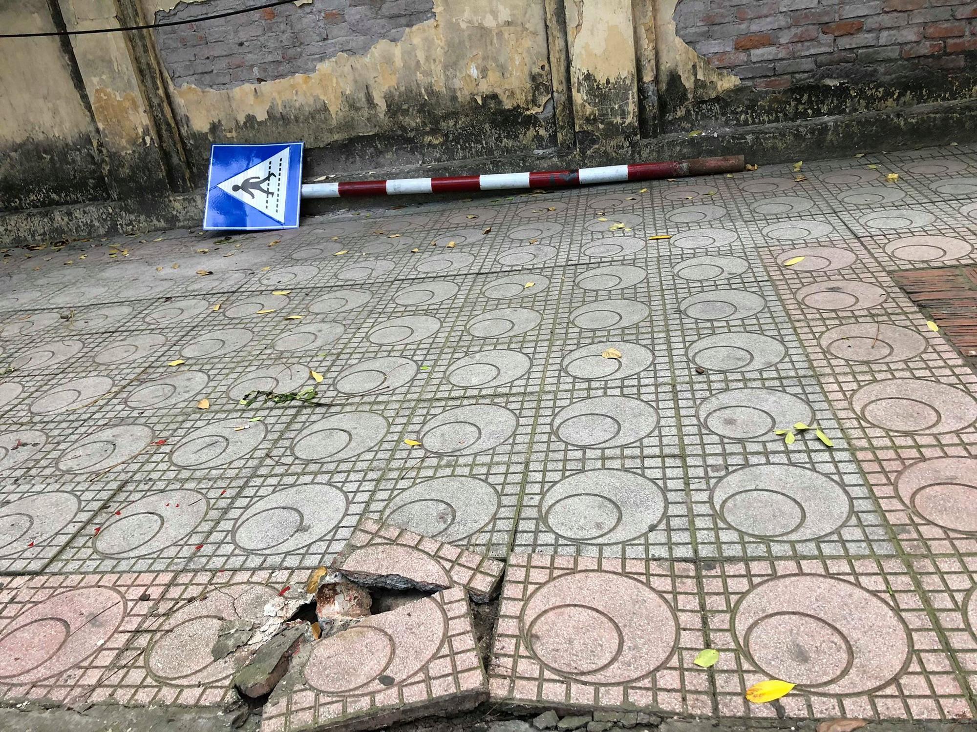 Hà Nội: Nghi say nắng, cô gái tự lao xe vào cột biển báo giao thông được 2 nữ du khách nước ngoài sơ cứu - Ảnh 5.