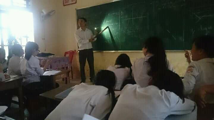 Thầy giáo tâm huyết bật đèn flash giảng bài, cầm thước kẻ ra sân đuổi ve để học sinh yên tĩnh ôn thi - Ảnh 3.